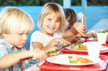 6776831-obiad-na-stolowce-900-600